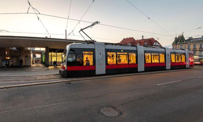 """Ein """"ULF"""" der Linie 10 in Hietzing, Fahrtrichtung Unter St.Veit, auf einem Bild der Wiener Linien"""