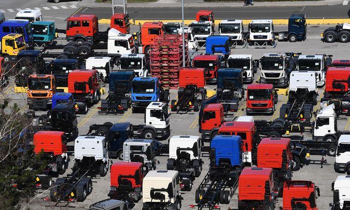 Denn die Produktion von leichten und mittelgroßen Lastwagen in Steyr könnte nach Deutschland und Polen verlagert werden.