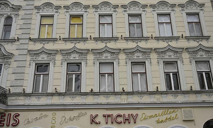 Auch die Fenster einiger Stockwerke im Tichy-Gebäude am Reumannplatz wurden Opfer der Randale.