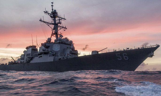 """Nach Angaben der US-Marine kollidierte der Lenkwaffenzerstörer """"USS John S. McCain"""" nahe der Straße von Malakka mit dem Handelsschiff """"Alnic MC""""."""