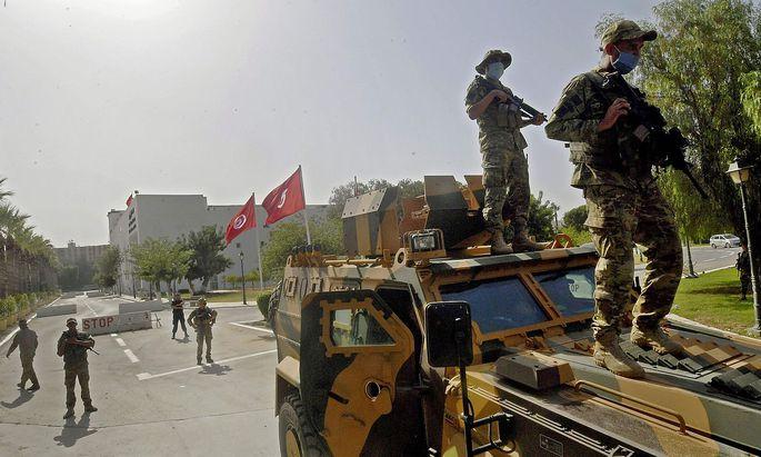Tunesische Soldaten sind in dem Gebiet rund um das Parlamentsgebäude aufmarschiert.