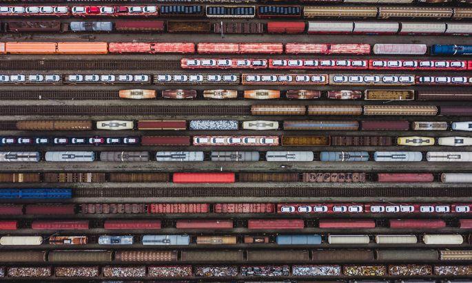 Während die Politik illusionäre Verlagerungspläne wälzt, wandert immer mehr Güterverkehr von der Bahn auf die Straße ab.