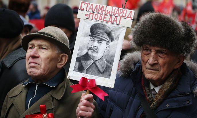 Anhänger der Kommunistischen Partei heute bei einem Marsch in Moskau anlässlich des 98. Jahrestags der Gründung der Roten Armee