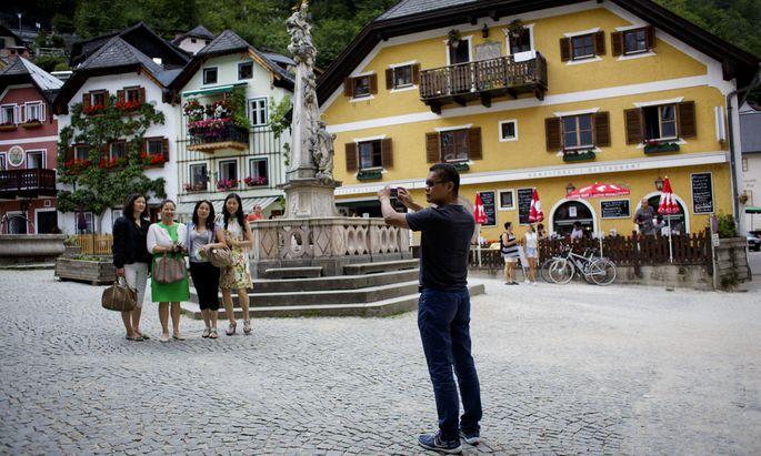 Einmal für die Kamera in Hallstatt posieren, das gehört für viele asiatische Touristen zu einem Österreich-Besuch dazu.