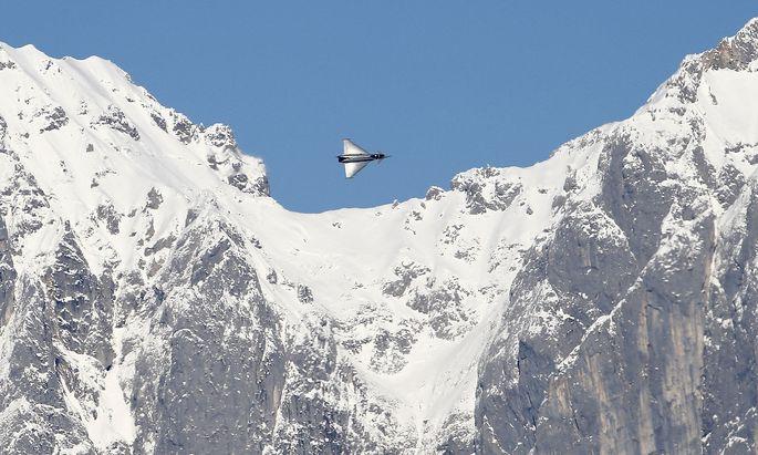 Archivbild: Ein Eurofighter über Kitzbühel
