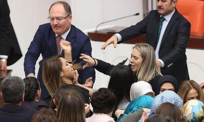 Heftige Auseinandersetzung im türkischen Parlament