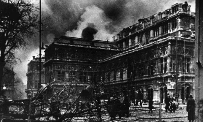 Die Staatsoper steht am 12. März 1945 in Flammen.