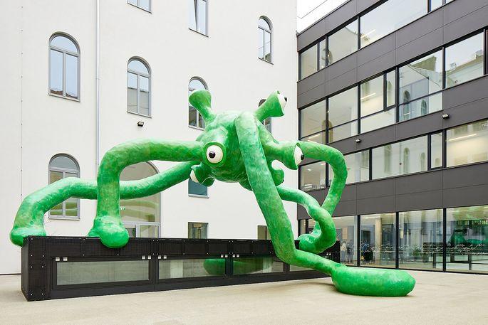"""Schule in Wien Leopoldstadt """"Schleimmonster"""" der Künstlergruppe Gelatin."""