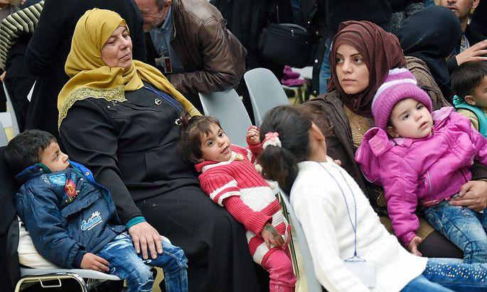 Am Flughafen Fiumicino in Rom kamen die ersten hundert von eintausend syrischen Flüchtlinge aus dem Libanon an.