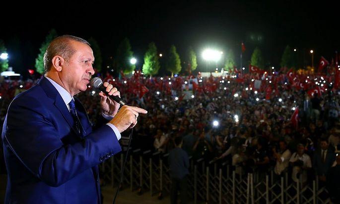 Präsident Erdogan vor Anhängern in der Nacht auf Donnerstag