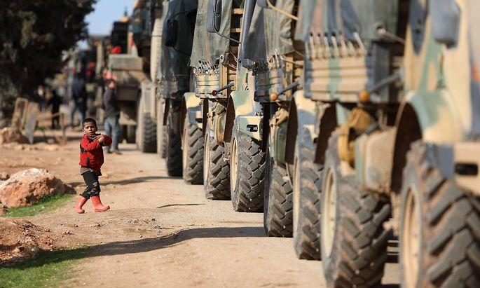 Ein türkischer Militärkonvoi in dewr Nähe von Idlib.