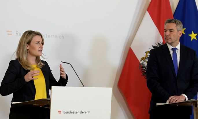 Frauenministerin Raab und Innenminister Nehammer auf der heutigen Pressekonferenz.