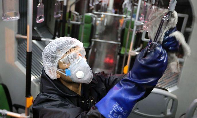 In Teheran werden Busse desinfiziert, um eine Ausbreitung des Coronavirus einzudämmen.