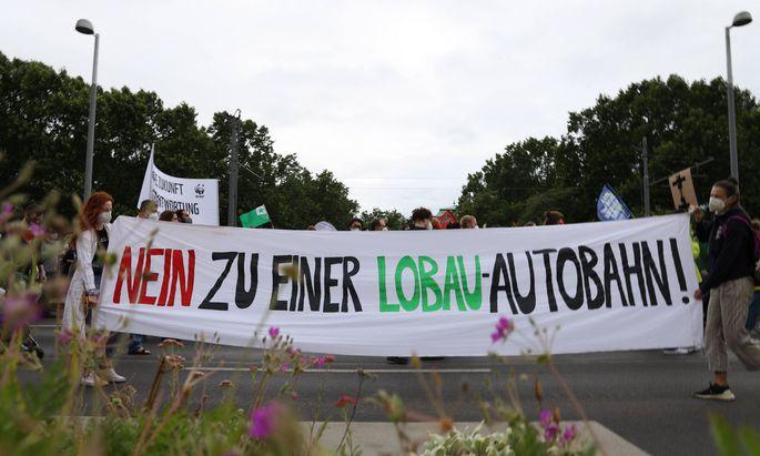 Jahrelang wurde gegen die Autobahn samt Tunnel unter der Lobau protestiert – wie hier Anfang Juli in Wien. Nun wurden alle Bauvorbereitungen gestoppt, bis die vom Infrastrukturministerium angeordnete Evaluierung abgeschlossen ist.