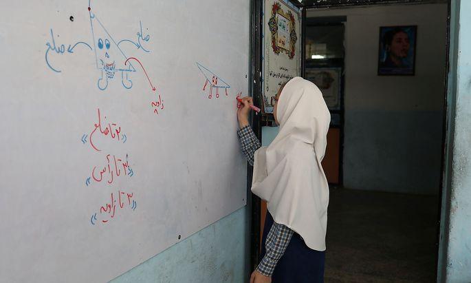Archivbild aus der afghanischen Hauptstadt Kabul, wo Mädchen nach der Machtübernahme der Taliban erneut nur schwer Zugang zu Bildung erhalten.