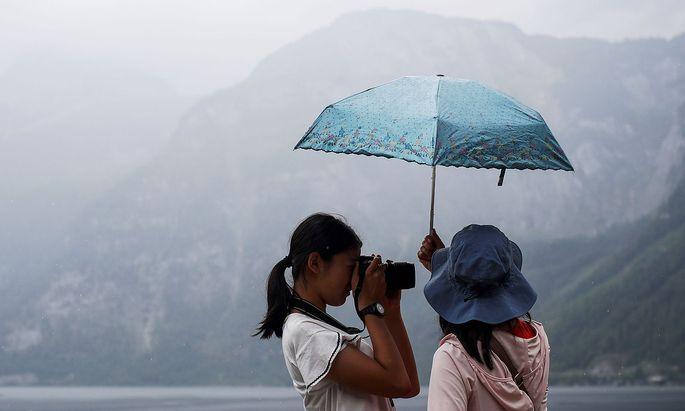 Archivbild: Touristinnen am Hallstättersee.