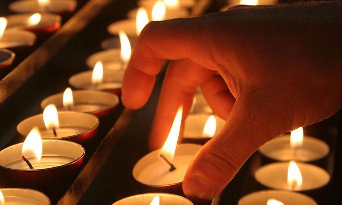 Hand mit Kerzen