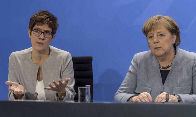 Kramp-Karrenbauer (links) und Merkel