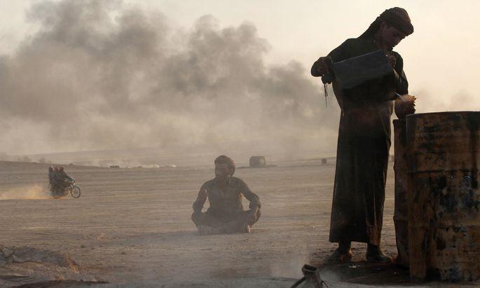In einer provisorisch eingerichteten Raffinerie nahe Raqqa. Der sogenannte Islamische Staat nimmt durch Ölschmuggel gewaltige Summen ein.
