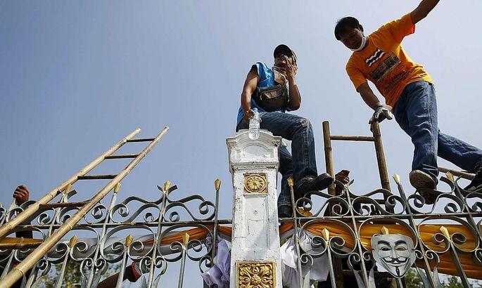 Demonstranten am Zaun des Bangkoker Regierungssitzes
