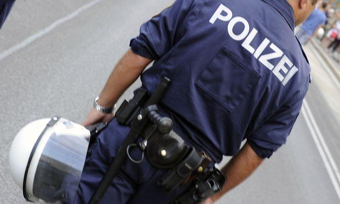 Auch eine Taschenlampe gehört zur Ausrüstung von Polizisten
