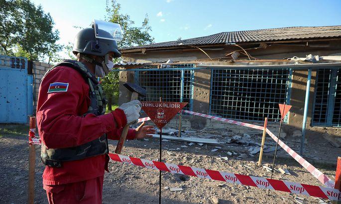 Nach einer Granatenexplosion im aserbaidschanischen Dorf Agdam Mitte Juli.