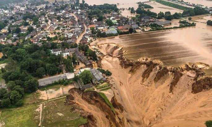 Nach der Flut gab die Erde nach. Eine Luftaufnahme vom schwer gezeichneten Erftstadt-Blessem.