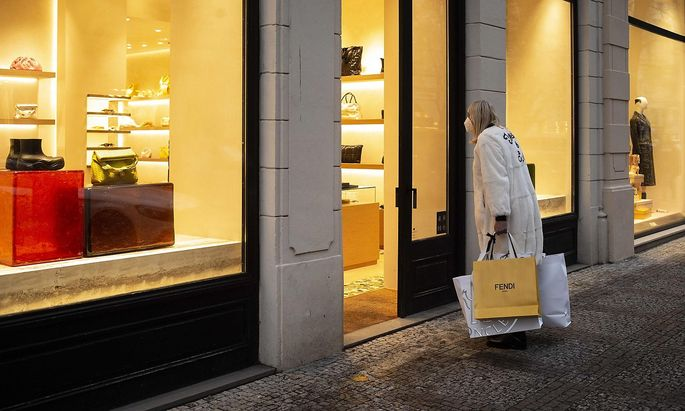 Geschäfte sperren nach sechs Wochen wieder auf. Im Bild eine Frau beim Einkaufen in Prag am Donnerstag.