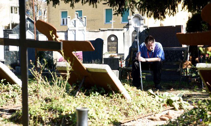 Helmut Pretterer geht regelmäßig in den Bereich des Friedhofs St. Leonhard, auf dem verstorbene Bewohner des Vinzidorfs begraben werden.
