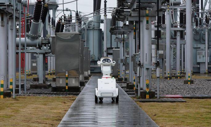 CHONGQING CHINA NOVEMBER 23 A robot inspects at a 500 kilovolt converter station at Shapingba di