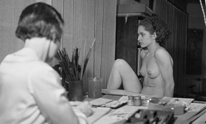Die Malerin und ihr Modell: Mariette Lydis in ihrem Pariser Atelier.