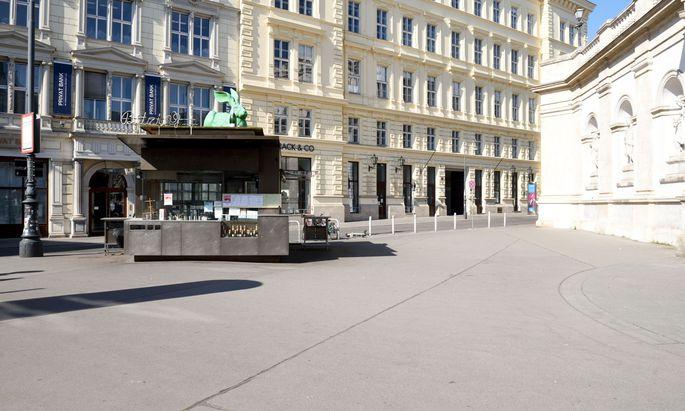 Plätze wie bei der Albertina in Wien sind verwaist, das Haus zu verlassen kann verwaltungsstrafrechtliche oder sogar strafgerichtliche Folgen haben.