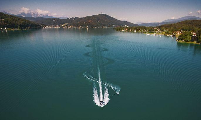 Motorboot mit Wasserskifahrer am Wörthersee