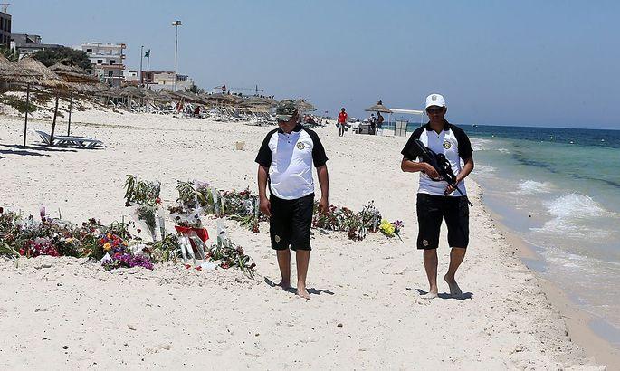 Sicherheitskräfte patroullieren am Strand von Sousse nach den Anschlägen in Tunesien.