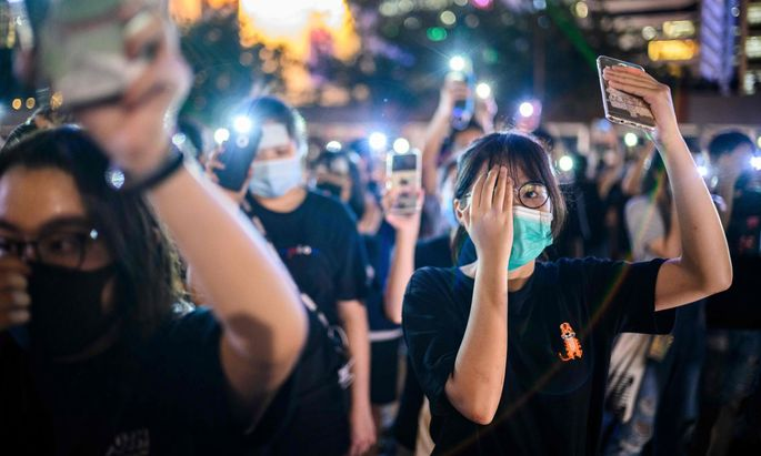 Eine Demonstrantin verlor durch ein Gummigeschoß der Polizei ein Auge – andere Aktivisten solidarisieren sich.