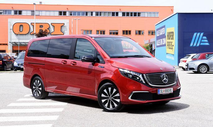 Mannschaftstransporter in gehobener und rein elektrischer Ausführung: Mercedes EQV 300, vorteilhaft in Hyazinthrot-Metallic.