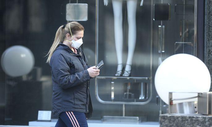 Wer kein Smartphone besitzt, soll mit einem Viren-Chip als Schlüsselanhänger ausgestattet werden.