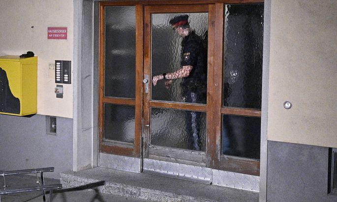 Nach der Tötung zweier Frauen in dem Gemeindebau in Wien-Favoriten sollte der Verdächtige am Dienstag befragt werden.