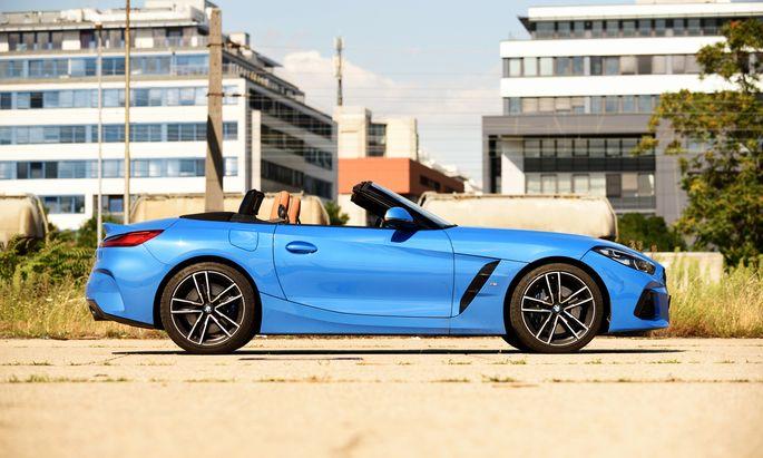 Nicht ganz leichte, aber doch mustergültige Ausführung eines Roadsters: BMW Z4 20i; in Österreich gebaut, hier in schönem Misano-blau.