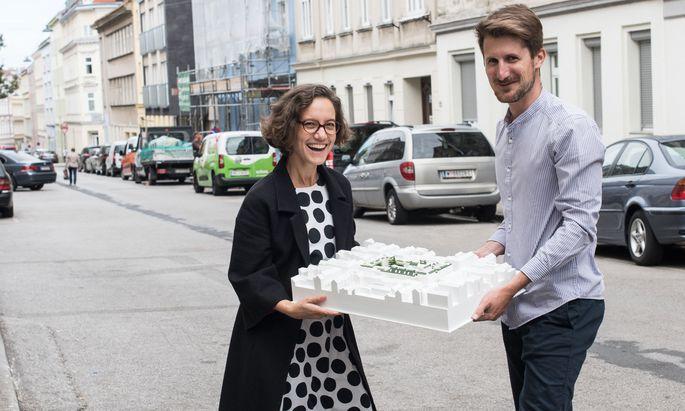 Modell. Julia Beck von Tatwort und Architekt Florian Niedworok propagieren den geteilten Block.