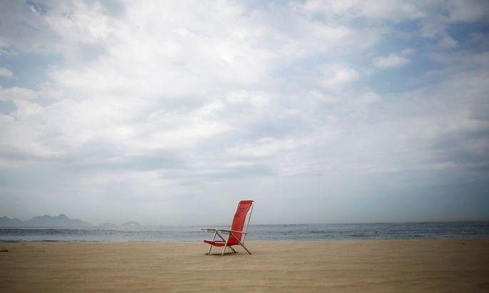 Am ungewohnt ausgestorben wirkenden Strand von Rio de Janeiro: Isolation kann fantastische Bilderwelten eröffnen, beim Reisen, beim Schreiben.