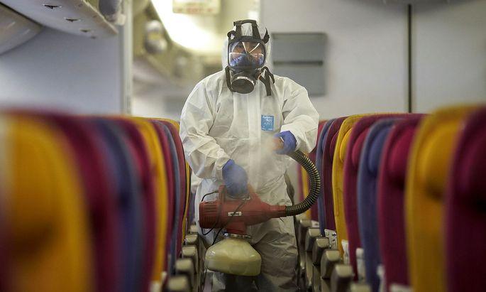 Auf Flügen von und nach Asien wird derzeit intensiv desinfiziert.