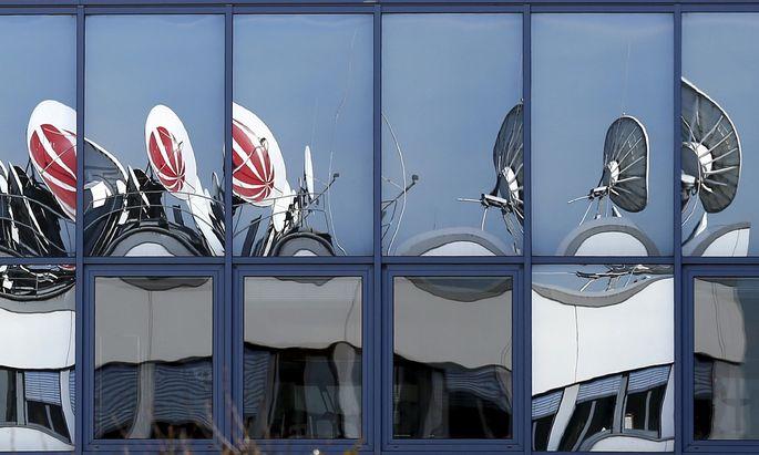 Satellitenschüsseln spiegeln sich in den Fenstern eines deutschen Medienhauses. Dessen Aktie könnte heuer noch von sich reden machen.
