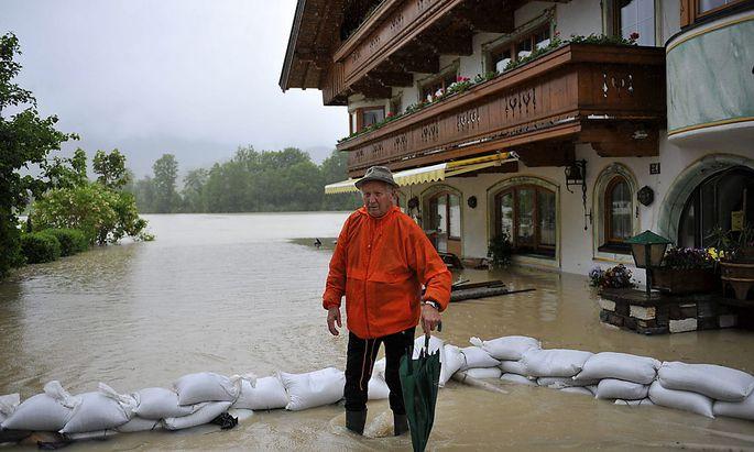 Dieser Tourist in Kössen, Tirol, hat sich seinen Urlaub wohl auch trockener vorgestellt.