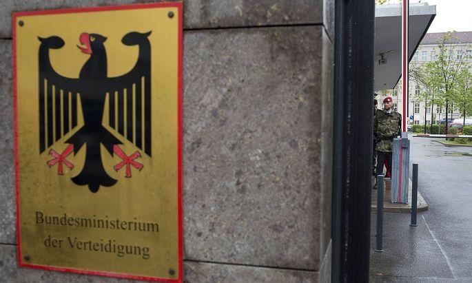 Das deutsche Verteidigungsministerium ist bemüht, die Terrorpläne von Franco A. restlos aufzuklären.