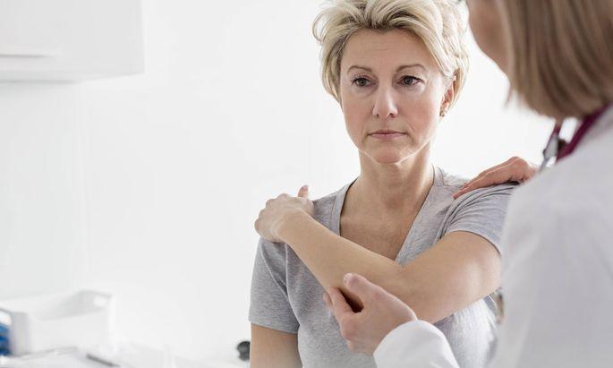 Niedrig dosierte Röntgenstrahlen helfen auch bei Kalkablagerungen in der Schulter.