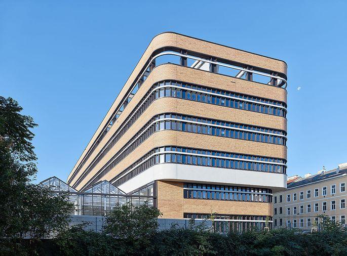 Uni-Gebäude am Djerassi-Platz 1 mit einer Fassade aus 400.000 Klinkersteinen.