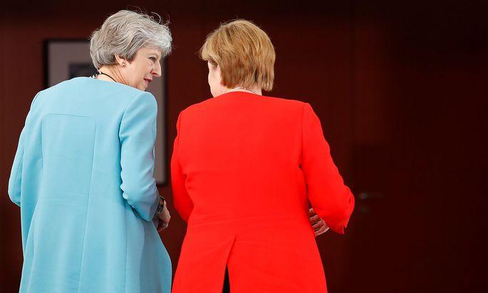 Angela Merkel hat Theresa May vor der heiklen britischen Regierungsklausur getroffen.