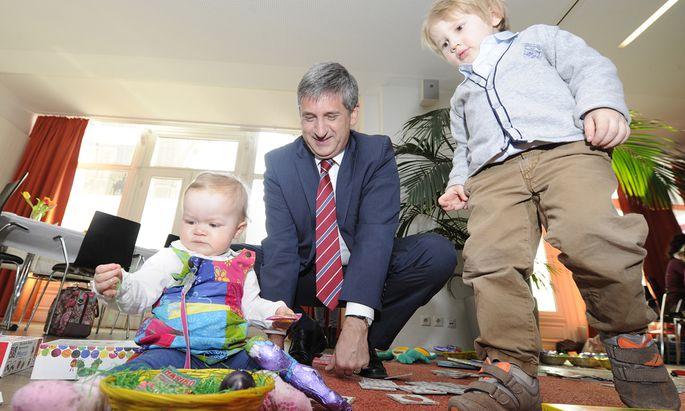 Die Kinder stehen im Zentrum, betont ÖVP-Obmann Spindelegger (im Bild vor Ostern bei einem Familienfrühstück) zum Modell der ÖVP.