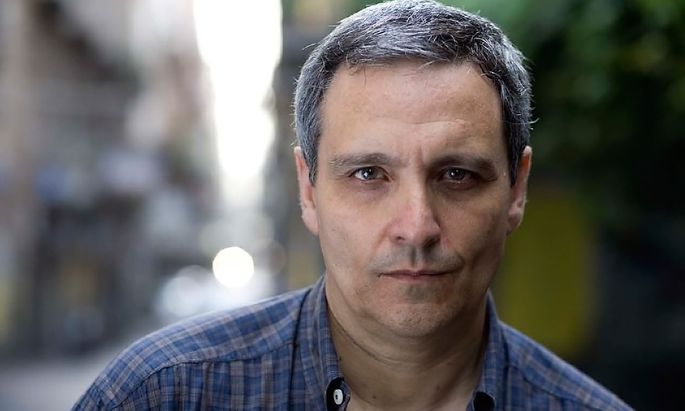 Maurizio de Giovanni reiht sich unter die Krimischriftsteller ein, die Neapel ein literarisches Denkmal setzen.